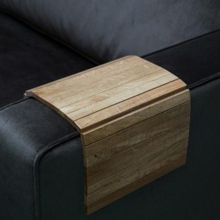 WOOOD flexibel armleuning dienblad is ideaal op de armleuning van een bank of fauteuil. Hij vouwt zich er als het ware om de armleuning heen. Je hebt dan een glas drinken binnen handbereik. Het dienblad biedt een stevige en stabiele ondergrond.