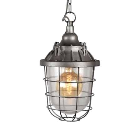 Hanglamp Seal van LABEL51 is een stoere robuuste hanglamp geïnspireerd op oude scheepvaartlampen. Zijn naam zegt het al, het enorme glaswerk wordt afgesloten door een prachtige metalen korf.