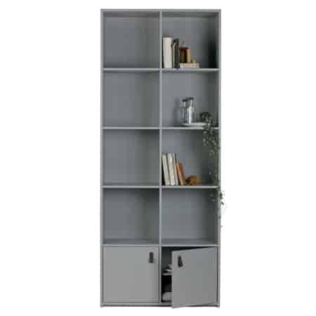 De Bookcase is een nieuwe kast uit VTwonen collectie. Met de acht open vakken (38x38 cm) is er genoeg ruimte om je favoriete items tentoon te stellen. De twee vakken met deurtjes bieden opbergruimte voor overige items.