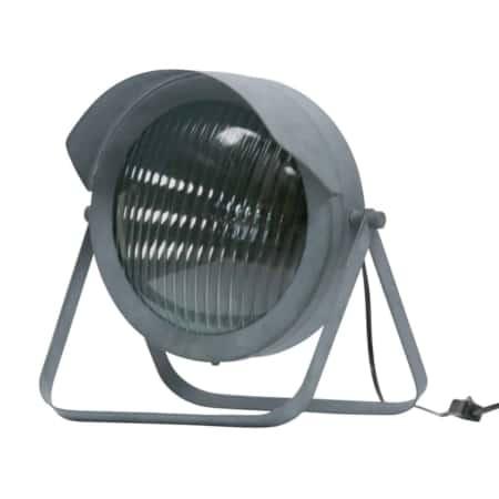 De Lester tafellamp van WOOOD heeft een stoere vintage uitstraling. Met de look van een koplamp van een oude auto valt hij zeker op in je interieur.