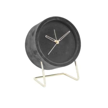 Deze stoere, opvallende, alarmklok Lush is van het merk Karlsson. Het klassieke design van een klokje met goudkleurig wijzers wordt afgemaakt met een fluwelen randje.