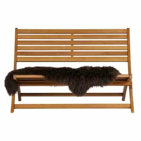 Het Lois houten lounge bankje uit de WOOOD collectie is het ideale bankje om helemaal tot rust te komen.