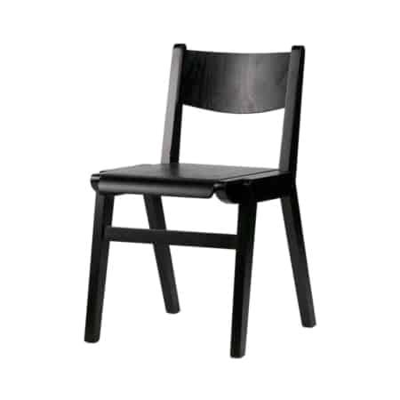 Academy is een strakke en robuuste stoel, die lijkt op de ouderwetse schoolstoel van vroeger. Door het robuuste hout en de zwarte afwerking heeft de stoel een stoer uiterlijk.