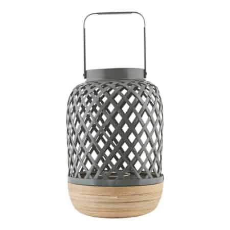 De verbluffende Breeze-lantaarn van House Doctor brengt een frisse wind door je huis. Plaats het in de hal als een uitnodigend ontwerpelement, of gebruik het in uw woonkamer samen met andere lantaarns en kaarshouders om een gezellige omgeving te creëren.