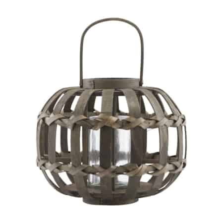 Creëer een gezellige en warme sfeer in uw huis met een lantaarn. Knots van House Doctor is een prachtige lantaarn die is gemaakt van grenen hout met verbluffende details.
