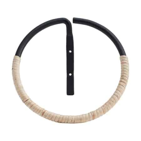 Orbit is een slim alternatief voor de traditionele badhanddoekbevestiging. Plaats Orbit direct naast je wastafel - dan heb je de handdoek altijd bij de hand. Orbit is een mooie ring van House Doctor met een diameter van 20 cm.