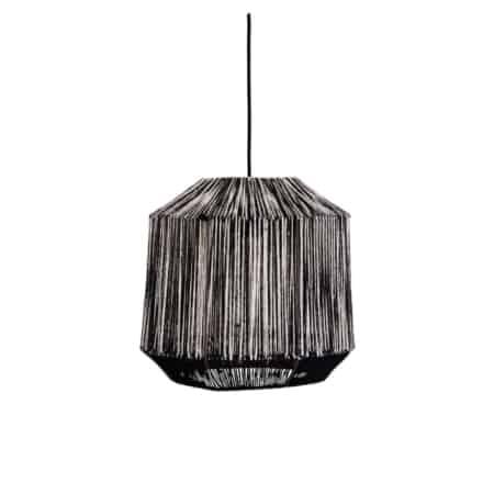 Stoer en tegelijkertijd elegant is deze juten hanglamp van Madam Stoltz. De kleurcombinatie zwart/wit maakt deze lamp perfect voor elke ruimte.