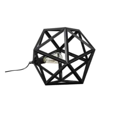 Dezetafellamp is uitgevoerd in zwart gepoedercoat metaal.De triangelvormige lampenkapheeft een speels enstoerkarakter. Het is een echte eyecatcherop een dressoir of gewoon voor op de grond.