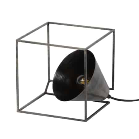 Deze tafellamp is uitgevoerd in eenmassief stalen frame.