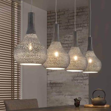 Deze 4-lichts hanglamp, inclusief deplafondbevestiging,is uitgevoerd in grijs metaal.