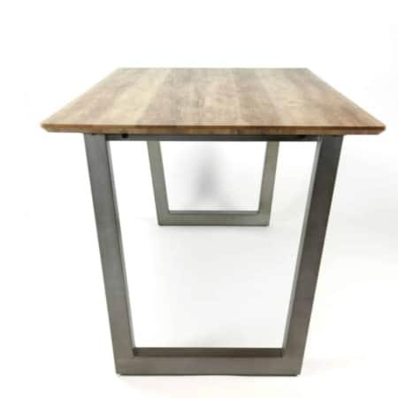 Het tafelblad isuitgevoerd in MDF met een dun decorlaagje in eiken brownwash.