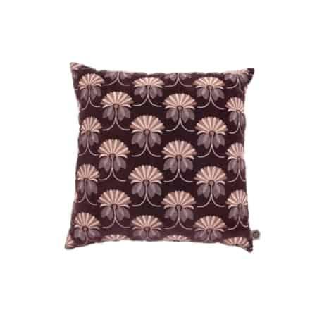 Kussen Vintage Floral komt uit de collectie van het Nederlandse merk BePureHome. Het kussen heeft een katoen fluwelen voor- en achterzijde. De voorzijde van het kussen is geborduurd in een leuk vintage floral patroon.