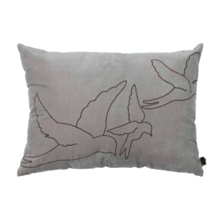 Het fluweelzachte kussen Avaler behoort tot de nieuwe collectie van BePureHome. De voorkant heeft een geborduurd vogel patroon op een velvet stof van 100% katoen.