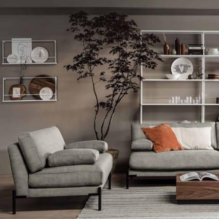 Loveseat Sleeve komt uit de collectie van het Nederlandse merk VTwonen. Loveseat Sleeve heeft een zitbreedte van 121 cm en een zitdiepte van 60 cm. De hoogte van de armleuning inclusief bank is 60 cm, het armleuningkussen is (hxbxd): 12x50x28 cm.