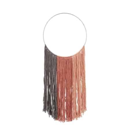 Deze te gekke wandhanger van het Deense merk Bloomingville is gemaakt van katoenen draden en je kan het ijzeren frame ophangen een aan haakje of spijker aan de muur. Met deze wandhanger aan de wand krijg je gegarandeerd positieve reacties!