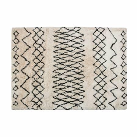 Vloerkleed Nando komt van de collectie van het Nederlandse merk WOOOD en bestaat uit 90% polyester en 10% katoen. Deze samenstelling zorgt ervoor dat het tapijt heerlijk zacht aanvoelt en vermindert bovendien de statische wrijving bij gebruik.