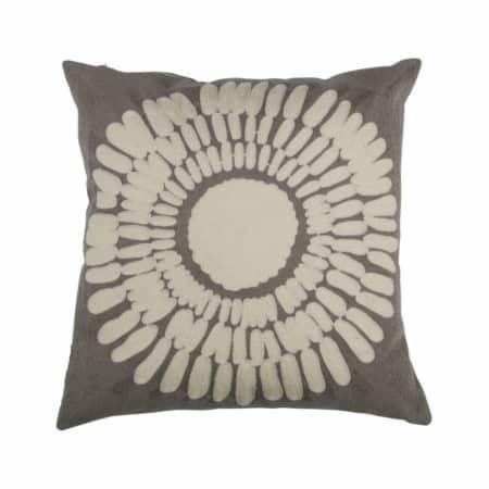 Het Imke kussen van het merk WOOOD is een mooie toevoeging aan de zithoek. De voorkant heeft een mooi geweven structuur en de achterzijde is egaal.