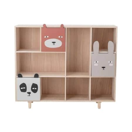 Deze leuke boekenkast voor kinderen is van het Scandinavische merk Bloomingville. De kast is gemaakt van hout en heeft drie leuke lades met daarop een dierenprint. Deze kan niet ontbreken op de kinderkamer natuurlijk!