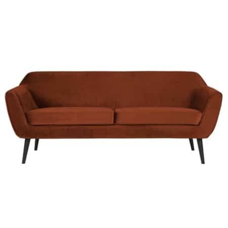 kleurrijke 2,5-zits Rocco sofa is afkomstig uit de collectie van het Nederlandse merk WOOOD.