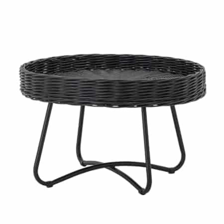 De mooie Hattie bijzettafel is van het Scandinavische interieurmerk Bloomingville. Deze ronde tafel is gemaakt van rotan en heeft een opstaande rand met een zwart metaal onderstel.