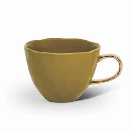 Start je dag heerlijk ontspannen met de Good Morning Cup van Urban Nature Culture. Hoe vroeg je ochtend ook is, elke Good Morning Cup brengt een glimlach op je gezicht. De mok is gemaakt van porselein en heeft een mooie organische vorm met een handgeschilderd gouden oortje.