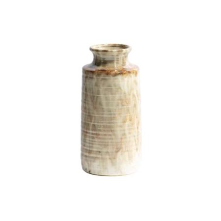 Deze retro, klassieke Decennia vaas komt uit de collectie van het Nederlandse merk BePureHome. Decennia is vervaardigd uit keramiek en heeft een nougat kleurige finish. De rand van de vaas heeft een dikte van 1 cm. De bovenzijde van de vaas heeft een diameter van 10 cm en de opening van de vaas heeft een diameter van 7 cm. Het patroon van de Decennia vaas kan afwijken van de foto, dit komt omdat elk item handgemaakt is en daardoor dus ook uniek.