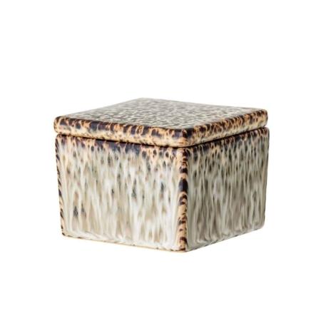 Deze leuke pot met deksel is gemaakt van aardewerk en heeft een inhoud van 200ml. Zet hem in de badkamer en berg er je watjes, wattenstaafjes of je sieraden in! Door de aard van het glazuur en doordat het item met de hand is gemaakt, kunnen er kleurvariaties optreden.