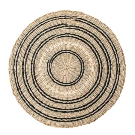 Wil je de eettafel een stijlvolle look geven, maar ook beschermen tegen viezigheid? Dat doe je met deze leuke placemat van Bloomingville. Het is gemaakt van zeegrass en heeft een speelse uitstraling door de ronde zwarte en witte lijnen.