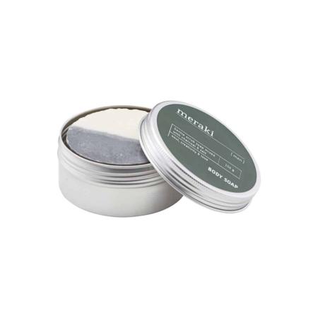 Deze heerlijke lichaamszeep van Meraki is speciaal voor mannen gemaakt en werkt zowel hydraterend als verzorgend voor de huid. De zeep bevat houtskool en zout, wat deze zeep tot een perfecte lichaamsscrub maakt. De scrub is in staat om dode huidcellen te verwijderen en zal daarom uw huid na gebruik extreem zacht aanvoelen. Wrijf de zeep voorzichtig in uw huid en was deze na gebruik grondig. Sluit de behandeling desgewenst af met een bodylotion. Deze eenvoudige behandeling zorgt ervoor dat uw huid zacht en gezond aanvoelt.