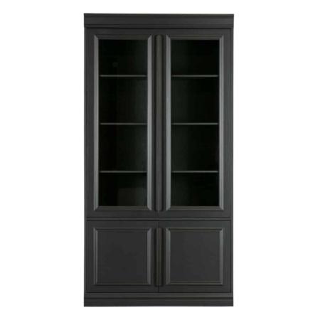 Een mooie, robuuste kast met klassieke elementen, dat is de Organize kast uit de nieuwe collectie van BePureHome. De Organize vitrinekast is gemaakt van massief FSC gecertificeerd grenen, gelakt in een stoere zwarte kleur en heeft een geschuurde afwerking. De twee bovenste deuren zijn voorzien van glas, waardoor de kast perfect is voor het displayen van je accessoires. De deuren zijn voorzien van sierlijsten en een metalen handgreep over de gehele lengte van de deur in een zwarte finish. Het interieur van de kast bestaat uit 3 legplanken over de gehele breedte van de kast. Aan de onderzijde van de kast bevind zich achter de twee kleinere deuren ook 1 brede legplank over de gehele breedte van de kast.