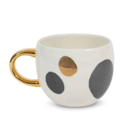 Schenk jezelf een warme kop van je favoriete koffiemelange, een warme chocolademelk of een kalmerende thee in en laat het alledaagse gedoe achter je. De Good Evening Cup Boulder van Urban Nature Culture, met een kunstwerk van ebbenhouten en gouden keien, nodigt u uit om het rustig aan te doen en te genieten van uw avond - laat die zware kei van gedachten los die u 's nachts misschien wakker houdt. Het is het perfecte moment om je dag los te laten en op te laden voor morgen.De mok is gemaakt van porselein en heeft een handgeschilderd gouden oortje.