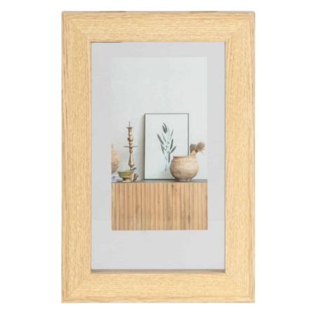 Een basic fotolijst, dat is deze Blake fotolijst uit de collectie van het Nederlandse merk WOOOD Exclusive. Blake is gemaakt van MDF hout in een naturel tint met een binnenzijde van glas. Het glas is verwijderbaar aan de bovenzijde, door middel van 2 schuifjes in het hout. Op deze wijze is de afbeelding ook verwisselbaar. Aan de achterzijde is de fotolijst voorzien van twee uitsparingen in het hout, aan beide zijdes één, zodat de lijst gemakkelijk aan de wand te bevestigen is. De Blake fotolijst heeft een afmeting van H 30 x B 20 cm. De hoogte van de glasplaat is 24 cm en de breedte 14 cm. De breedte van de houten rand is 3 cm. De diepte van de houten rand tot de glasplaat bedraagt 2 cm.