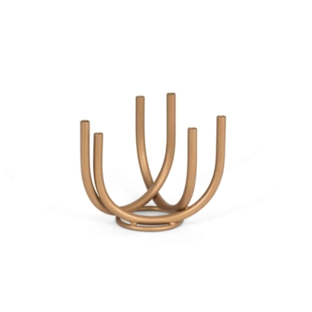 """""""Door eenvoud ontstaat grote schoonheid."""" En dat is precies wat Urban Nature Culture's vaas Tube XS ons vertelt. Elke tak van deze handgemaakte ijzeren vaas heeft ruimte voor één bloem, bloesem of veer, terwijl het ontwerp een verhaal vertelt van eenvoud, lucht, natuurlijke vormen en een gouden vleugje luxe."""