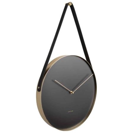 Deze Karlsson wandklok Belt is een bijzondere verschijning. De klok hangt aan de muur door middel van een zwarte riem aan een gouden haak. De gouden rand en wijzers maken van de klok een chique wanddecoratie. Een klok met een speciaal karakter.