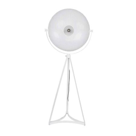 Deze vloerlamp op metalen driepoot onderstel met grote kap is een aanvulling voor het interieur.