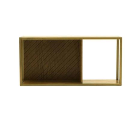 De SMAQQ serie heeft strak, retro en glamour allemaal gemixt. De houten wandplank Mace bevat een metalen frame met een gouden finish. Door het eenvoudige ontwerp komen jouw mooiste accessoires en foto's extra goed uit.De serie Mace heeft een mix van strakke lijnen, glamoureuze goudgele tinten en eigenzinnige patronen.