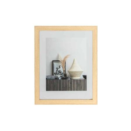 Een basic en toch stoere fotolijst, dat is deze Blake fotolijst uit de collectie van het Nederlandse merk WOOOD Exclusive. Blake is gemaakt van MDF hout in een naturel tint met een binnenzijde van glas. Het glas is verwijderbaar aan de bovenzijde, door middel van 2 schuifjes in het hout. Op deze wijze is de afbeelding ook verwisselbaar. Aan de achterzijde is de fotolijst voorzien van twee uitsparingen in het hout, aan beide zijdes één, zodat de lijst gemakkelijk aan de wand te bevestigen is.