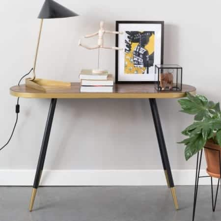 Sidetable die als extra werkplek gebruikt kan worden. Op de sidetable een stapel boeken, een beeld, een tafellamp, kaarsenstandaard en schilderij.