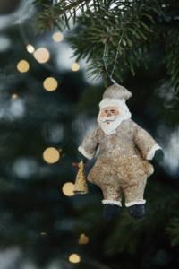 kerstman hanger kerstboom